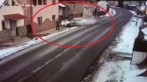 Momentul teribil în care un pieton este spulberat de o mașină pe trotuar. A murit pe loc