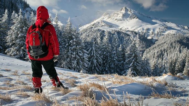 Adolescent salvat de pompieri după ce s-a cățărat pe niște stânci din Munții Măcin
