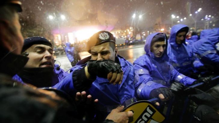 Un fotoreporter care își făcea meseria, lovit de jandarm în Piața Universității