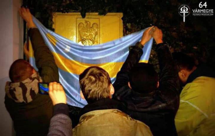 Ambasada României la Budapesta, cu stema acoperită de extremiști