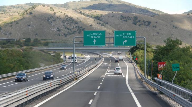 Doi cetățeni români au fost reținuți în Italia. Ce transportau într-un camion