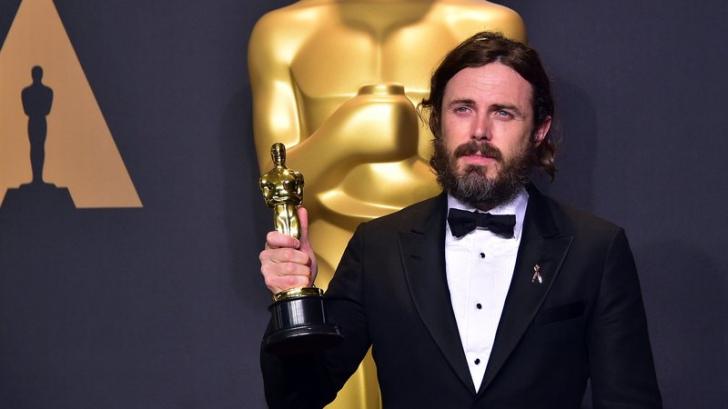 Casey Affleck şi-a anunţat retragerea de la gala Oscar, după ce a fost acuzat de hărțuire sexuală