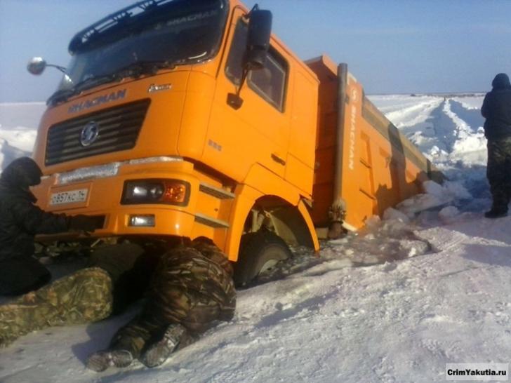 """Viață și moarte. """"Nebunia"""" camionagiilor care străbat Siberia pe râurile înghețate din deșertul alb"""
