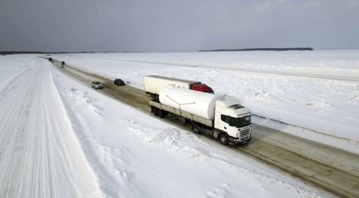 Camionagiii străbat Siberia pe râurile înghețate ale regiunii