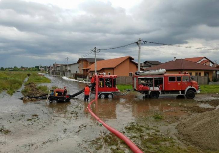 Pericol de inundaţii. Coduri portocaliu şi galben pentru jumătate de ţară