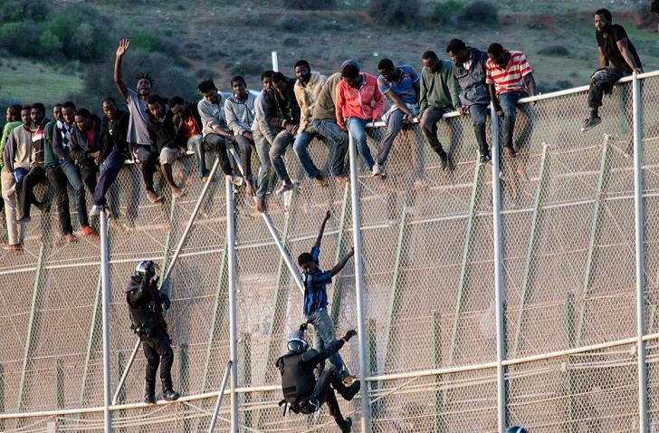 Migranții au sărit garduldublu care separă Marocul de enclava spaniolă Melilla