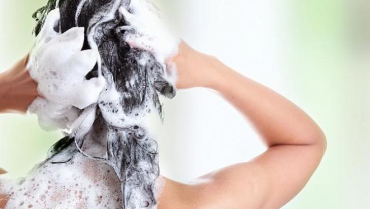 Ce se întâmplă dacă nu te speli pe păr timp de șase luni. Efectul e neașteptat