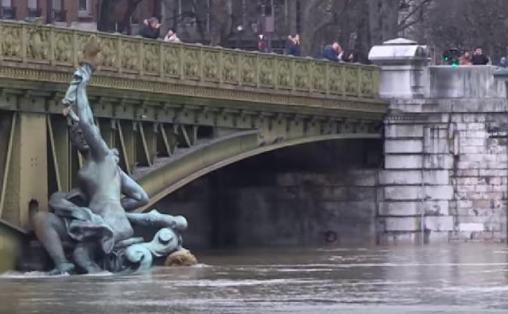 Parizienii pot răsufla uşuraţi: Sena începe să se retragă (VIDEO)