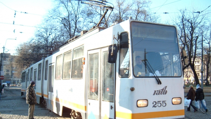 Accident în Capitală. Un bărbat, prins sub tramvai. Linia 21 a fost întreruptă