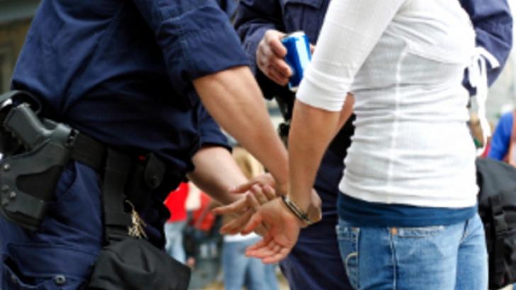 O femeie care a agresat doi poliţişti într-un mall din Sectorul 2, reţinută pentru ultraj