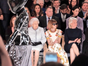 Regina Marii Britanii, la London Fashion Week. Foto: Facebook