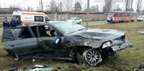 Accident înfiorător: trei victime, stâlp smuls şi un copac scos din rădăcină. Poliţiştii, şocaţi! / Foto: aradon.ro