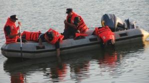 Cadavrul unui bărbat de aproximativ 50 de ani, scos de pompieri din râul Jiu