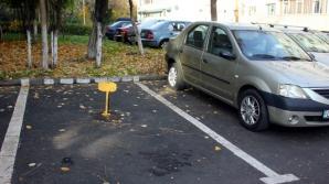 Ce AMENZI riscă cei care blochează locuri de parcare cu ciment, bidoane sau cadre de metal