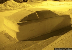 Incredibil! Poliţiştii de la Rutieră au vrut să dea amendă unei maşini sculptate din zăpadă