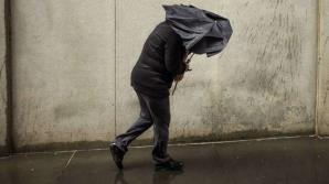 Informare meteo de ultimă oră: ploi şi vânt puternic. Revin ninsorile viscolite