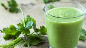 Ce se întâmplă în corpul tău dacă bei zilnic o jumătate de pahar de suc de pătrunjel