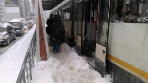 Tramvai deraiat, în Capitală, din cauza ninsorii. Altul, blocat în zăpadă, după ce macazul a îngheţat / Foto: Arhivă
