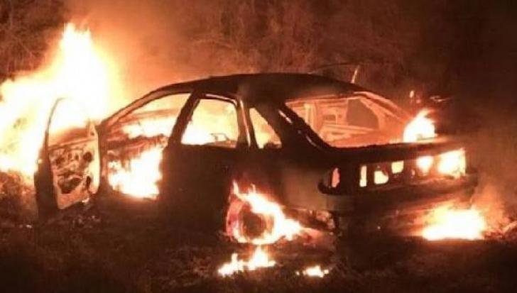 O maşină de lux, mistuită de flăcări pe o stradă din Argeş