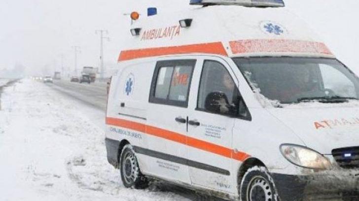 Situaţie dramatică la Constanţa: o ambulanţă cu doi copii a rămas blocată în nămeţi