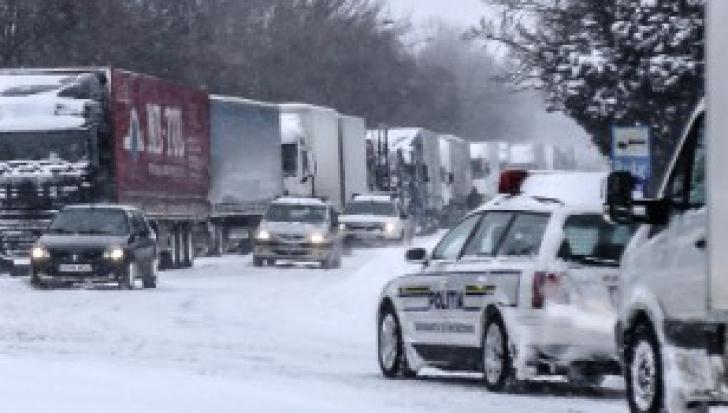 Sute de camioane blocate în nămeți în Giurgiu, pe drumul spre Bulgaria