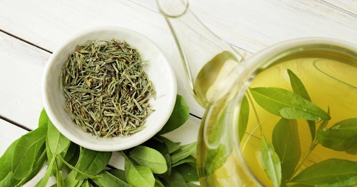 Ce se întâmplă dacă foloseşti ceai verde ca să îţi clăteşti părul. Efectul e imediat!