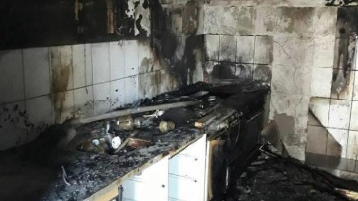 Panică într-o familie din Arad: trei copii lăsați singuri acasă au dat foc la locuință