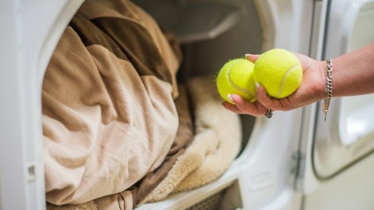 A bagat două mingi de tenis în maşina de spălat rufe. Uimitor!