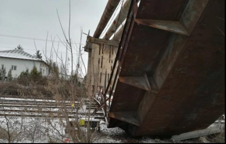 Trafic feroviar reluat, parțial, în Ploiești Vest după prăbușirea pasarelei