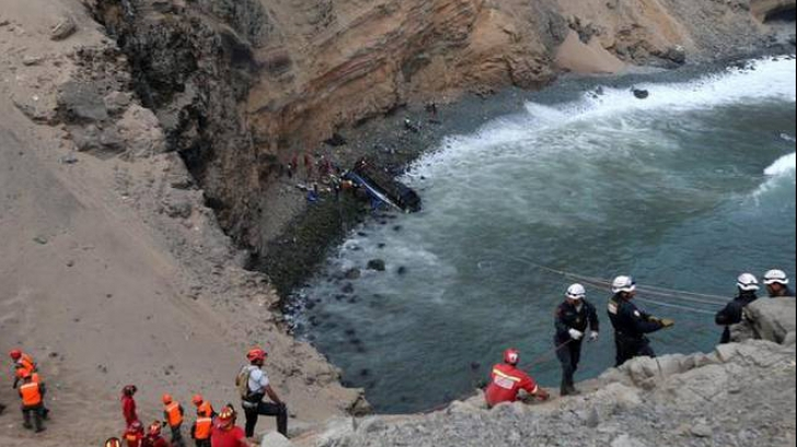 Accident violent în Peru. Zeci de persoane au murit, după ce un autocar a căzut într-o prăpastie