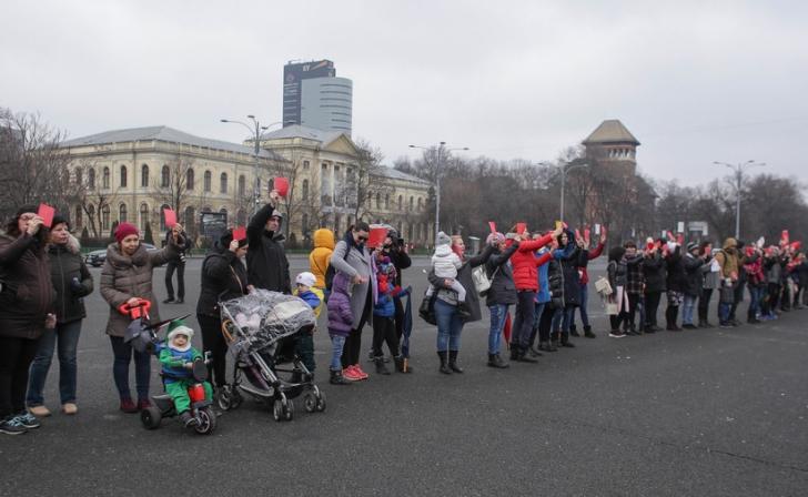 """Flashmob în Piaţa Victoriei, cu cartonașe roșii și fluturași de salarii: """"Ne furaţi viitorul!"""" / Foto: Inquam Photos / Octav Ganea"""