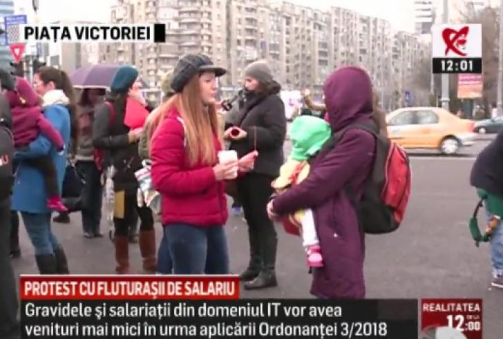 """Flashmob în Piaţa Victoriei, cu cartonașe roșii și fluturași de salarii: """"Ne furaţi viitorul!"""""""