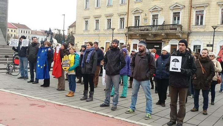 """PROTEST în oglindă, în Cluj şi Sibiu: """"Curaj, DNA, vino şi îi ia!"""" / Foto: Europa FM"""