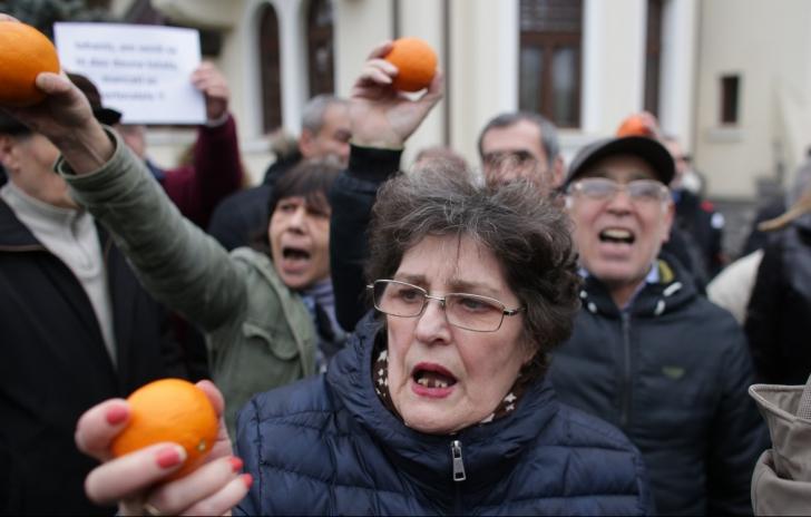 Protest anti-Iohannis, cu portocale şi îmbrânceli, la Palatul Cotroceni / Foto: Inquam Photos / Octav Ganea