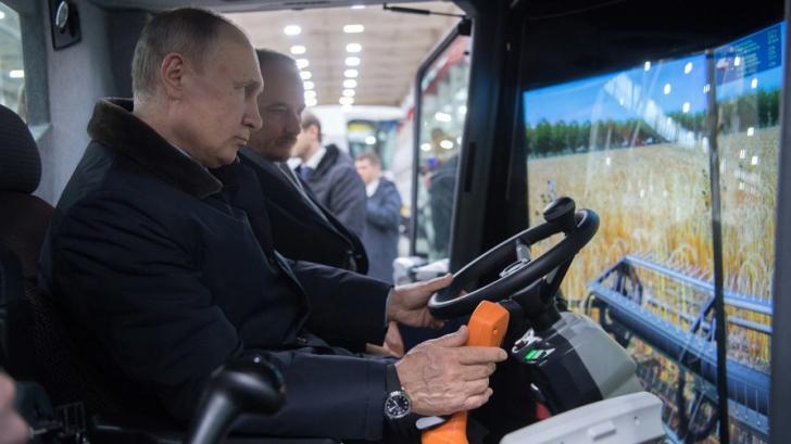 Vladimir Putin, la volanul unei combine, în timpul campaniei electorale