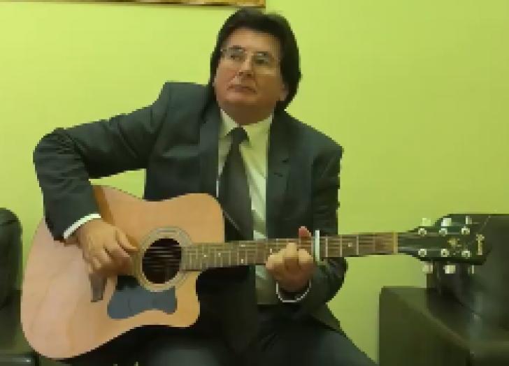 Primarul Timişoarei, cântare cu mesaj pentru hateri