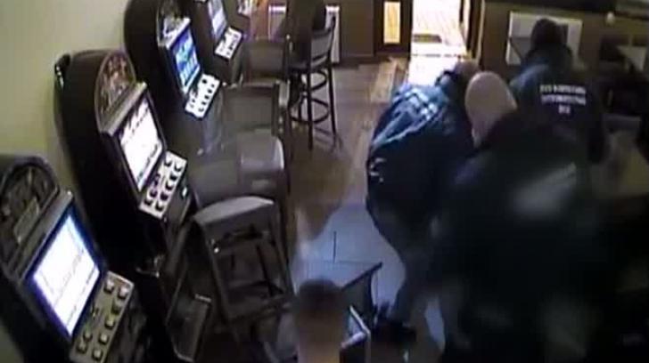 Scene şocante într-un bar din Arad: Doi bărbaţi, snopiţi în bătaie de trei agenţi de pază