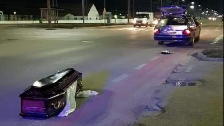 """Un sicriu a căzut din mașina mortuară în trafic, la Arad. Ce a urmat este """"horror"""""""