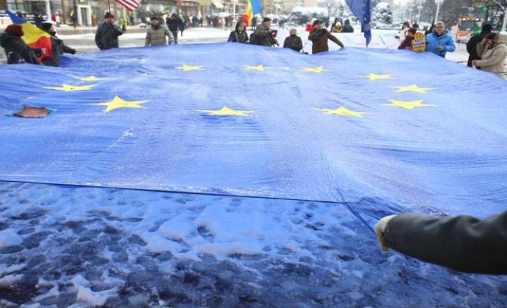 Protest anti-corupție la Timișoara. Participanții au desfășurat un drapel uriaș al Uniunii Europene