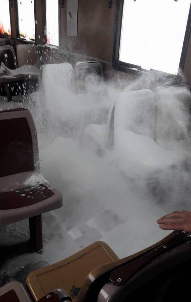 Incident halucinant: Podeaua unui tren s-a rupt în mers, zăpada a intrat peste pasageri (FOTO)