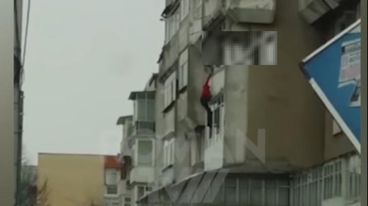 Scenă terifiantă, într-un oraş din România: bărbat împins de la balcon de fiul său - VIDEO