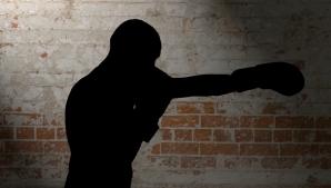 Medic cu faţa spartă, după ce a fost lovit de un boxer, pe stradă! Motivul invocat de agresor