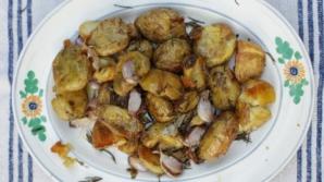 Aşa faci cei mai buni cartofi la cuptor cu rozmarin. Ingredientul care face diferenţa