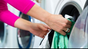 Soţul întârzia iar la serviciu. Când spăla rufele, soţia a văzut ASTA. I-a venit să-şi rupă hainele!