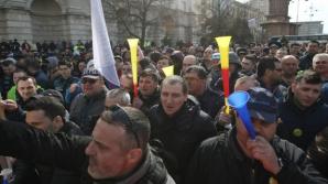 Polițiştii şi angajaţii din penitenciare ies din nou în stradă