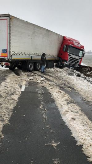 DN 3, drumul care leagă Constanţa de Bucureşti, blocat de un TIR derapat