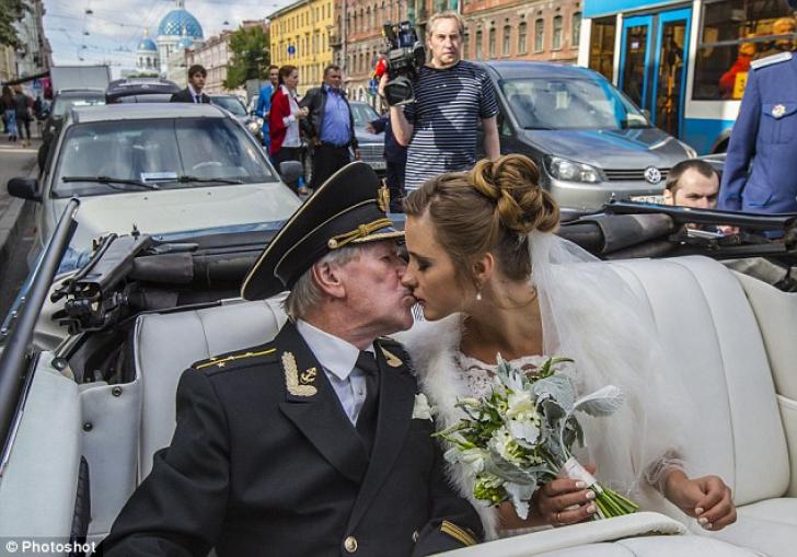 El jubilează, ea e tăcută. Secretul nunții șocante în care mireasa e mai tânără cu 60 de ani