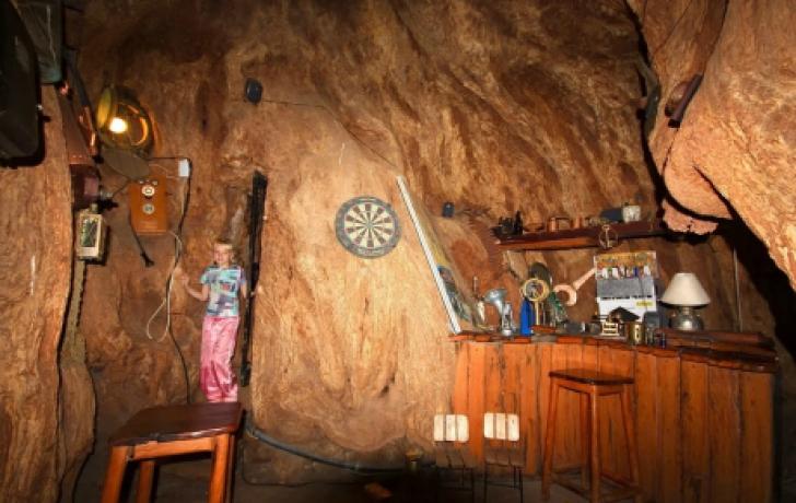Copacul de 1000 de ani, cu o uşă în el, care ascunde ceva senzaţional în interior