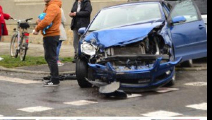 Accident violent între două autoturisme în Arad. Într-una dintre mașini se afla un copil de un an
