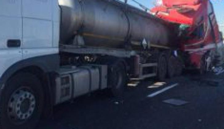 Şofer român, rănit după ce a intrat cu TIR-ul într-o autocisternă ce transporta acid sulfuric